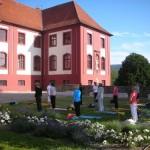 Open Air Yoga im Konventgarten am Schloß Iburg